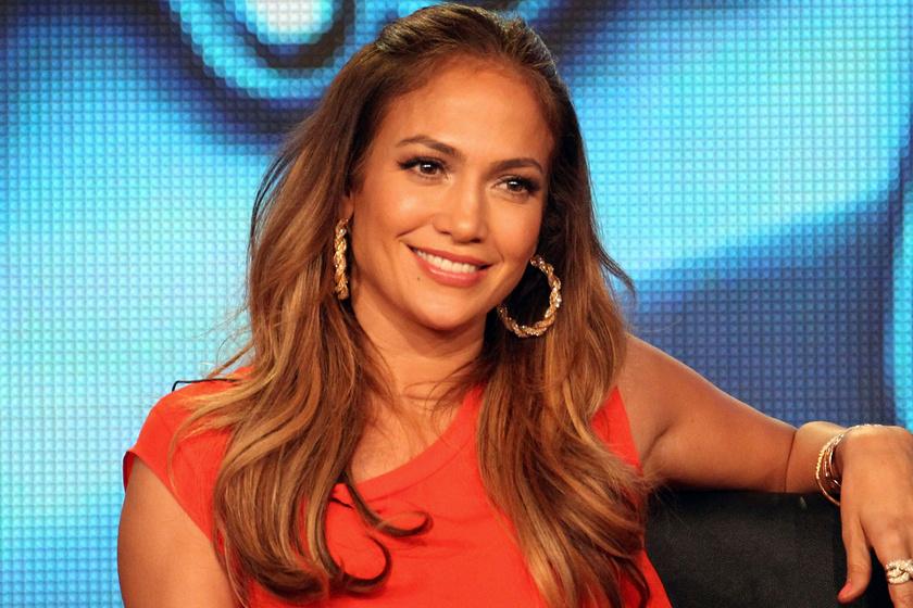 Az 51 éves Jennifer Lopez kivágott estélyit viselt: dögös címlapfotó készült róla