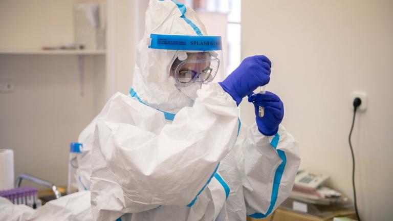 Újabb fekete rekord: 33 koronavírushalott, 1293 új fertőzött