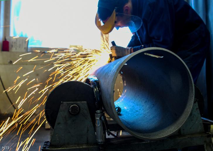 Egy tanuló felületmegmunkálást végez egy szerkezetlakatos műhelyben.