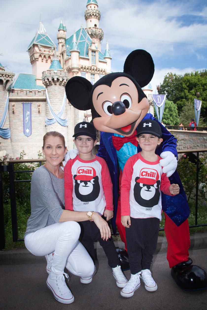 Céline Dion és fiai 2016-ban Disneylandben.