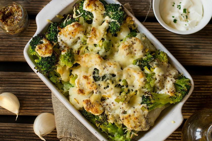 Krémes brokkolis, karfiolos egytál: tejszínes szószban sütve, sok sajttal a tetején