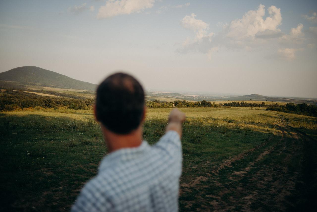 Az ott lent Gyöngyöspata, mutatja Szalai Ferenc. A hatalmas Natura 2000-es természetvédelmi terület a tenyészgulya legelője.