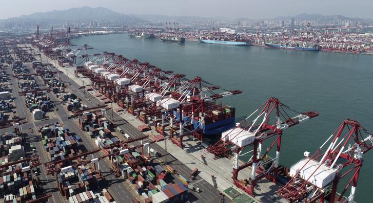 A 2020. október 13-án közreadott légi felvételen konténerszállító hajók állnak a kikötőben a kínai Santung tartománybeli Csingtaóban október 8-án. A kínai vámszolgálat kedden közzétett adatai szerint a behozatal dollárban számolt értéke 132 százalékkal nőtt szeptemberben két hónapon át tartó zsugorodást követően.