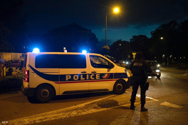 Rendőrök a merénylet helyszínén Conflans-Sainte-Honorine-ban 2020. október 16-án