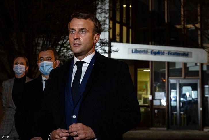 Emmanuel Macron Conflans Saint-Honorine-ban a gyilkosság helyszínén tartott sajtótájékoztatón 2020. október 16-án