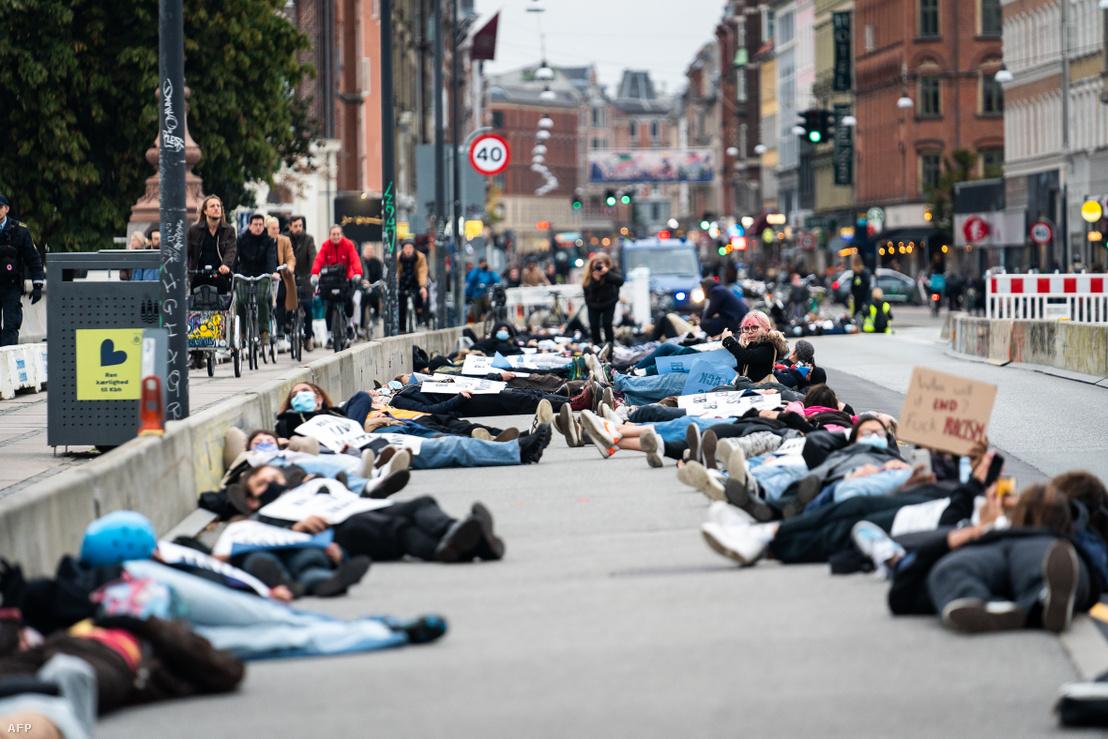 Black Lives Matter-tüntetők fekszenek a Queen Louise hídon Koppenhágában 2020. október 6-án az amerikai Breonna Taylor megölése miatt