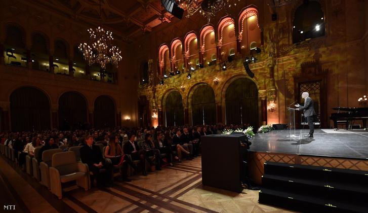 Balog Zoltán, az emberi erőforrások minisztere beszédet mond a Klebelsberg Képzési Ösztöndíjak ünnepélyes átadásán a Pesti Vigadóban 2018. január 8-án.