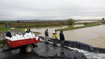 Árad a Hernád, településeket zár el a víz