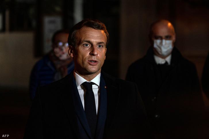 Emmanuel Macron a gyilkosság helyszínén tartott sajtótájékoztatón