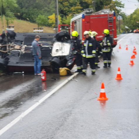 A felborult autó az Istenhegyi úton és a műszaki mentést végző tűzoltók
