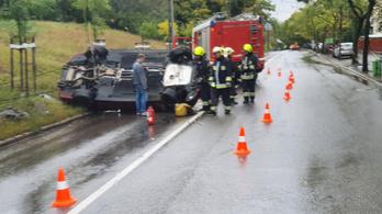 Felborult egy autó Budapesten, az Istenhegyi úton