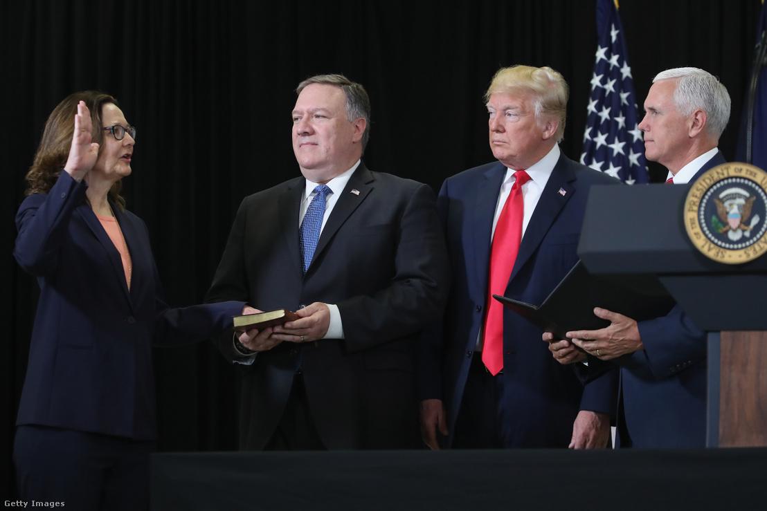 Gina Haspel esküt tesz a CIA igazgatójaként Mike Pompeo (balról a második) amerikai külügyminiszter, Donald Trump (jobbról a második) elnök és Mike Pence (jobbra) alelnök társaságában az ügynökség központjában 2018. május 21-én