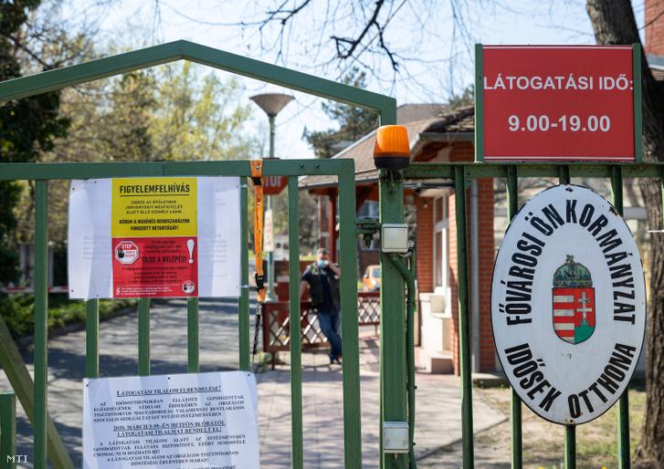 Tájékoztató felirat a Fővárosi Önkormányzat Pesti úti idősek otthona bejáratán 2020. április 8-án