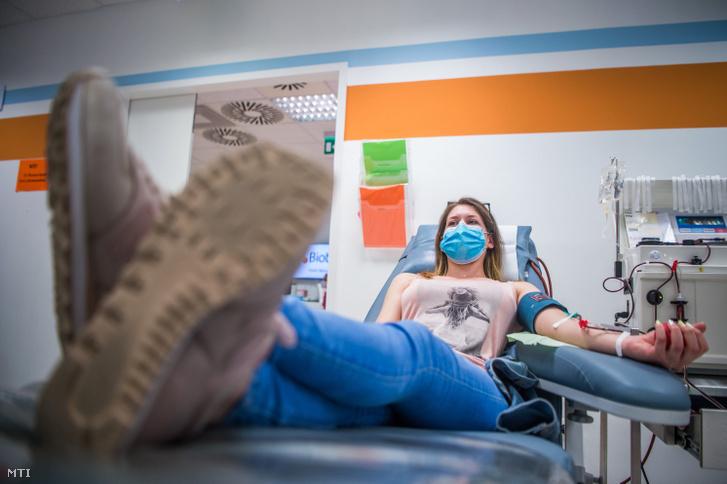 Vérplazmát ad egy nő a budapesti Biotest plazmaferezis állomáson 2020. április 28-án. Vérplazma adására kérik a koronavírus-fertőzésen átesett, gyógyult betegeket a szakemberek a tüneteket enyhítő kísérleti vérplazmaterápia kidolgozásához és alkalmazásához.