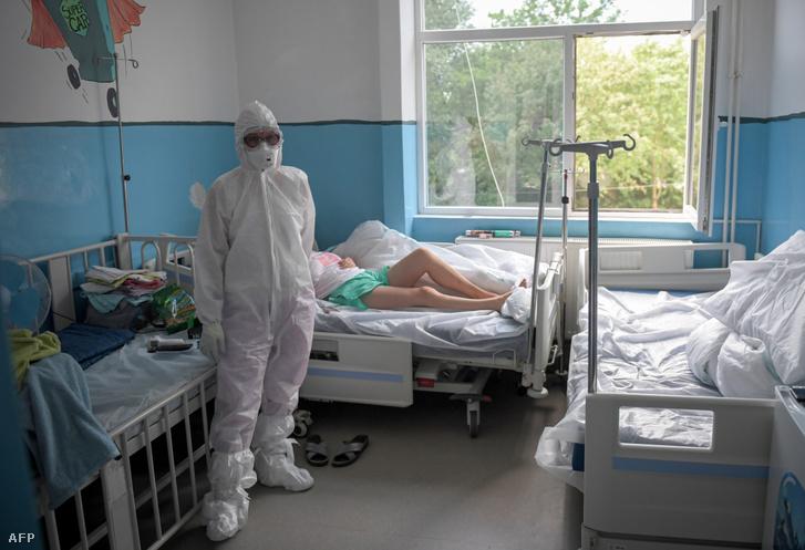 Orvos egy koronavírussal fertőzött betegnél a temesvári Victor Babes fertőző kórházban 2020. július 18-án