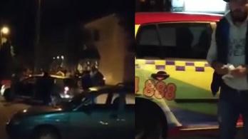 Rudakkal, kapákkal támadtak a migránsokat fuvarozó taxisra
