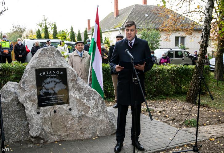 Szilágyi Péter, a Miniszterelnökség nemzetpolitikáért felelős miniszteri biztosa beszédet mond a magyaralmási Trianon-emlékhely ünnepélyes átadásán 2020. október 17-én.