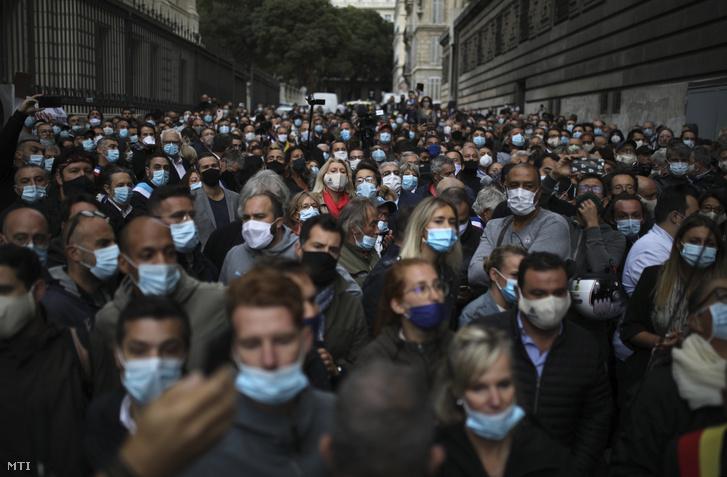 Vendéglátóhelyek tulajdonosai tiltakoznak üzleteik bezáratása ellen Marseille-ben 2020. szeptember 25-én
