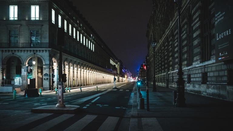 Franciaországban életbe lépett a koronavírus miatti kijárási tilalom