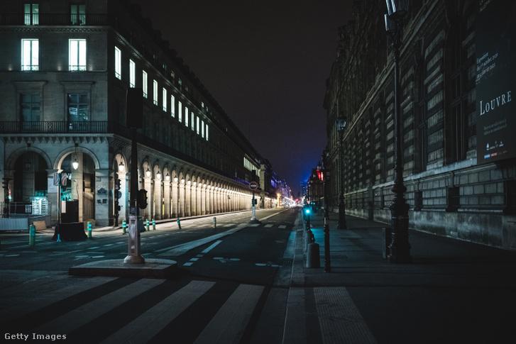 Üres utca Párizsban 2020. október 17-én.