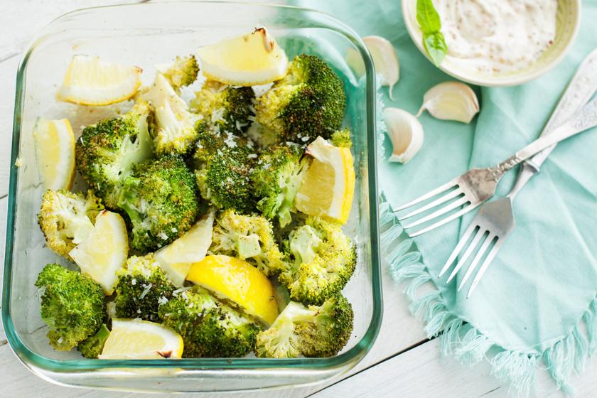 Ropogósra sült citromos, parmezános brokkoli: majonézes szósszal isteni
