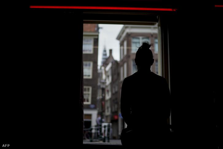 Egy prostituált vár a kuncsaftra Hollandiában.