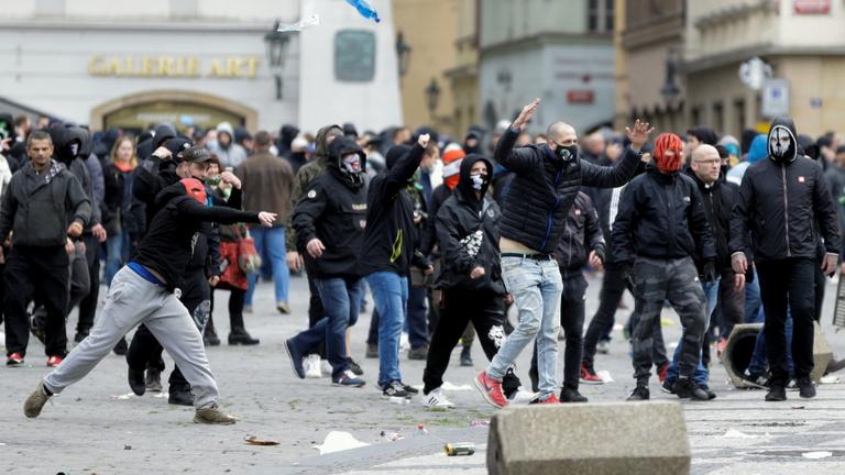 Pozsony után Prágában is zavargássá fajultak a szurkolói tüntetések