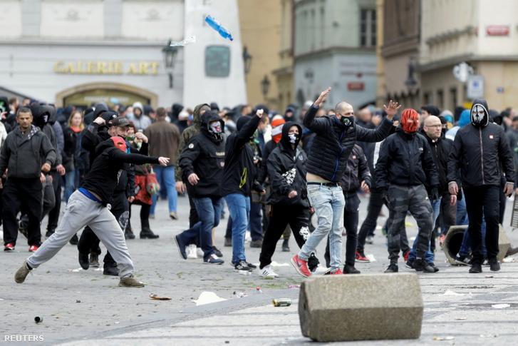 A járványügyi intézkedések ellen tiltakozó ultrák Prágában 2020. október 18-án