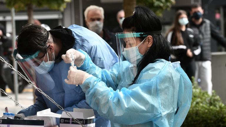 Döntött a pozsonyi kormány, Szlovákia összes lakóját tesztelik koronavírusra