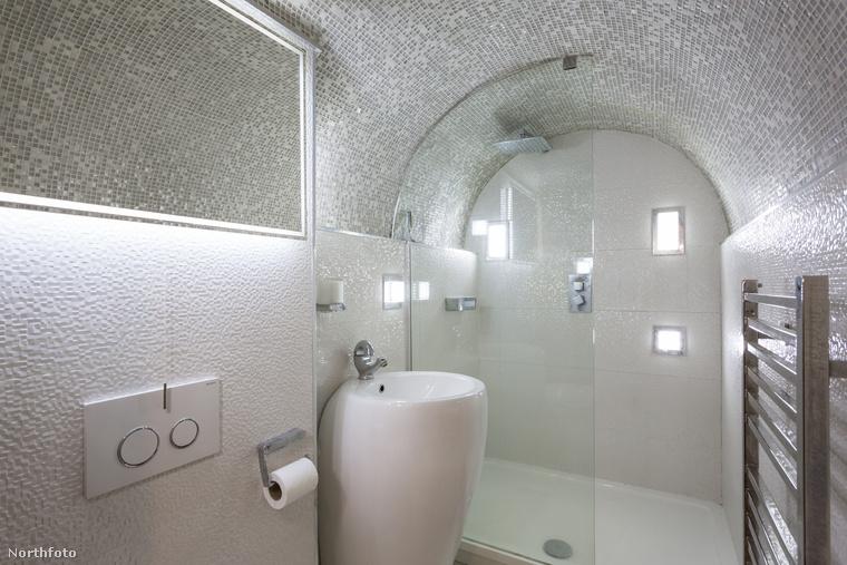 Íme a fürdő, ami valószínűleg a galéria alatt kapott helyet