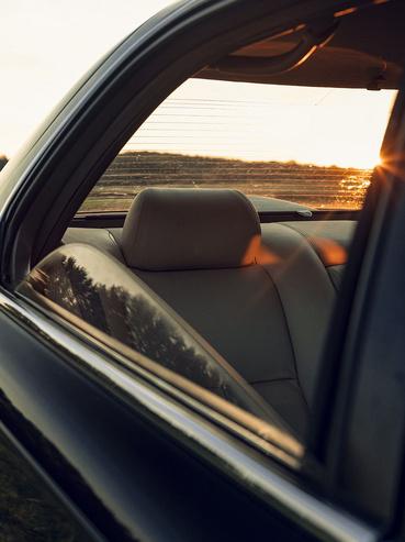 A hátsó ablak egy ideig a szokott módon megy le, majd az eleje lebukik. Klasszikus LS400 vonás.