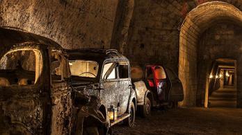 Rengeteg régi roncs rozsdásodik egy Nápoly alatti 160 éves alagútban