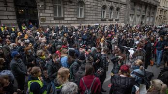 A színházi szakma neves alakjai tüntettek Palkovics László ablaka alatt