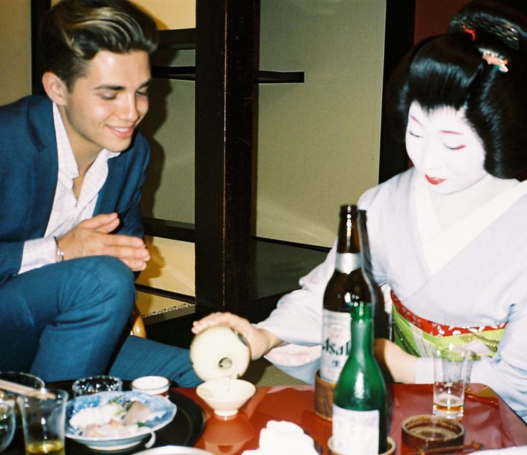 De nemcsak az amerikai kultúrát érzi közel magához, egy japán gésával is pózolt már
