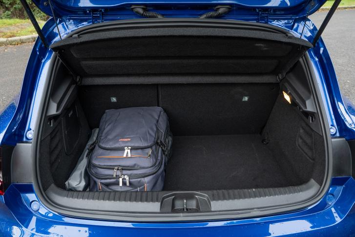 Az álpadló felett 301 literes a Clio csomagtere, ám a benzin és dízel változatokba a padló alá is pakolhatunk, tehát az össztérfogat csökkent