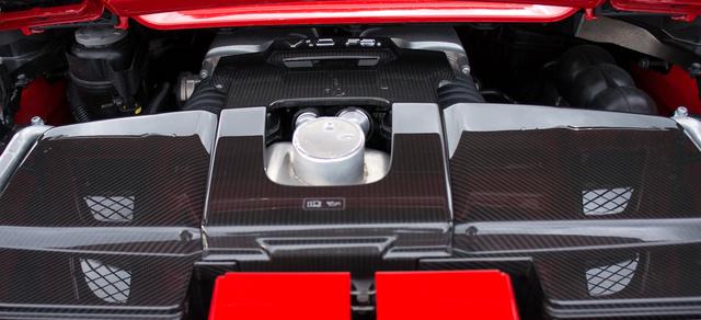 Ennyi látszik az 5,2 literes V10-esből a Spyderben