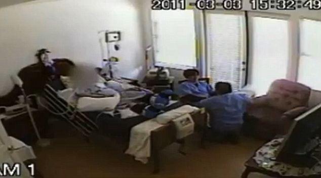 A két ápoló az idős nő mellett izgatta egymást, majd egyikük a nőhöz dörgölőzött