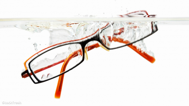 stockfresh 1191005 glasses-falling-into-water sizeM