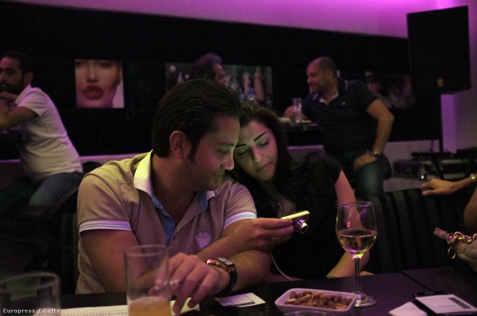 Karaoke bár Damaszkuszban, ahova a város elitje jár szórakozni. A kínálat hazafias daloktól Amy Winehouse-ig terjed, az éjszakai kijárási tilalom miatt viszont hamar véget ér az esti szórakozás.