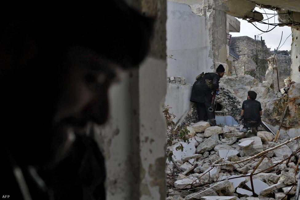Felkelők készülnek a harcra egy tank ellen, ami néhány méterre tőlük kanyarodott az utcába Aleppóban. A városban az utcákon a felkelők állnak nyerésre, az elmúlt hetekben viszont a szíriai hadsereg a légitámadásokra állt át.