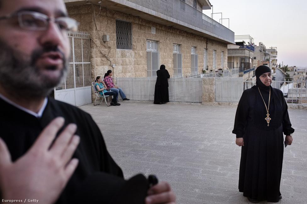 A Szent Tekla kolostor Ma'loulában, ahol egy hegyoldalba vájva több történelmi keresztény kolostor található, itt él a világ utolsó arámi nyelvet beszélő közössége is. A szerzetesek az elnököt támogatják, de elítélik a harcokat.