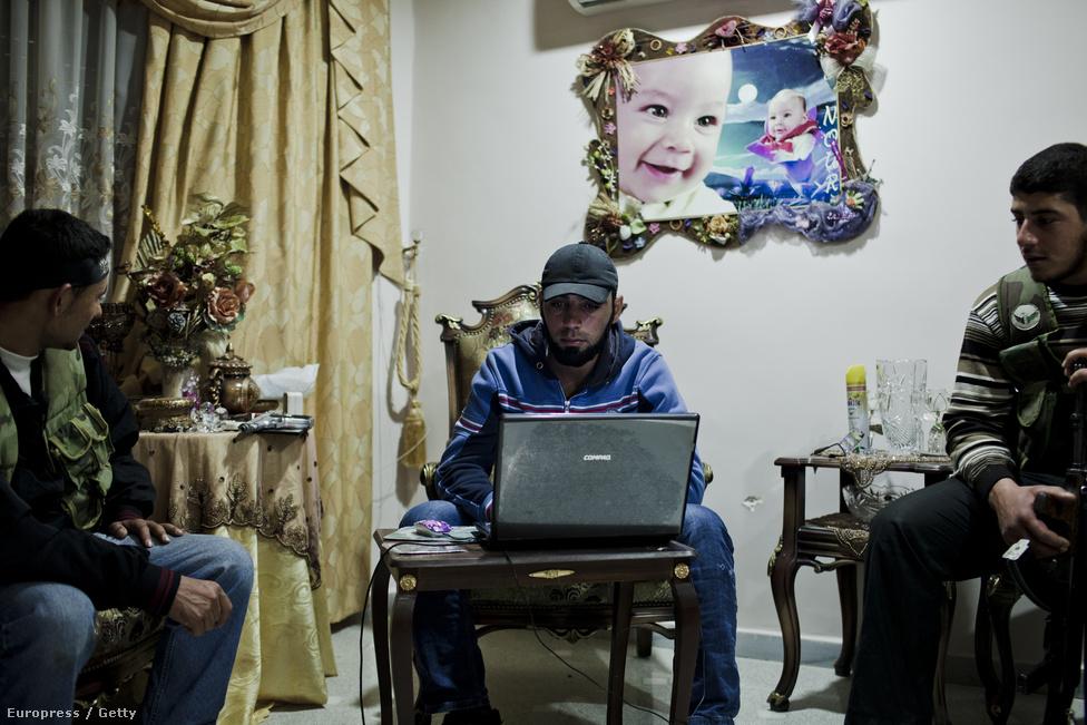 A Szabad Szíriai Hadsereg katonáinak egyik főhadiszállása Aleppóban. A Shohada al-Haq brigádhoz hetven ember tartozik, és a belváros több pontját védik mesterlövészeik.  Civilek és hivatásos katonák is csatlakoztak a harcoló csapatokhoz, a falon az egyik férfi gyerekeinek portréi.