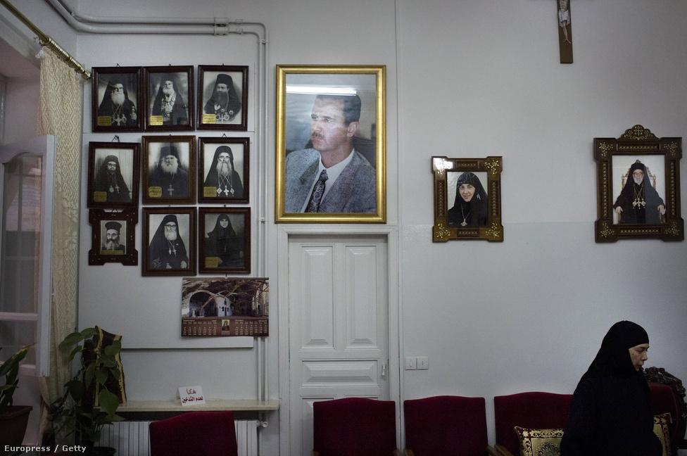Aszad elnök képe lóg egy damaszkuszi kolostor várótermében az ajtó fölött. Körülötte történelmi muszlim- és keresztény egyházi személyiségek portréi.
