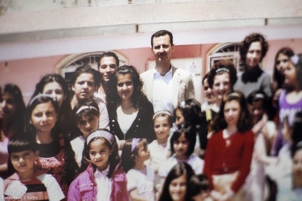 Aszad elnök egy damaszkuszi állami iskola osztályképén.