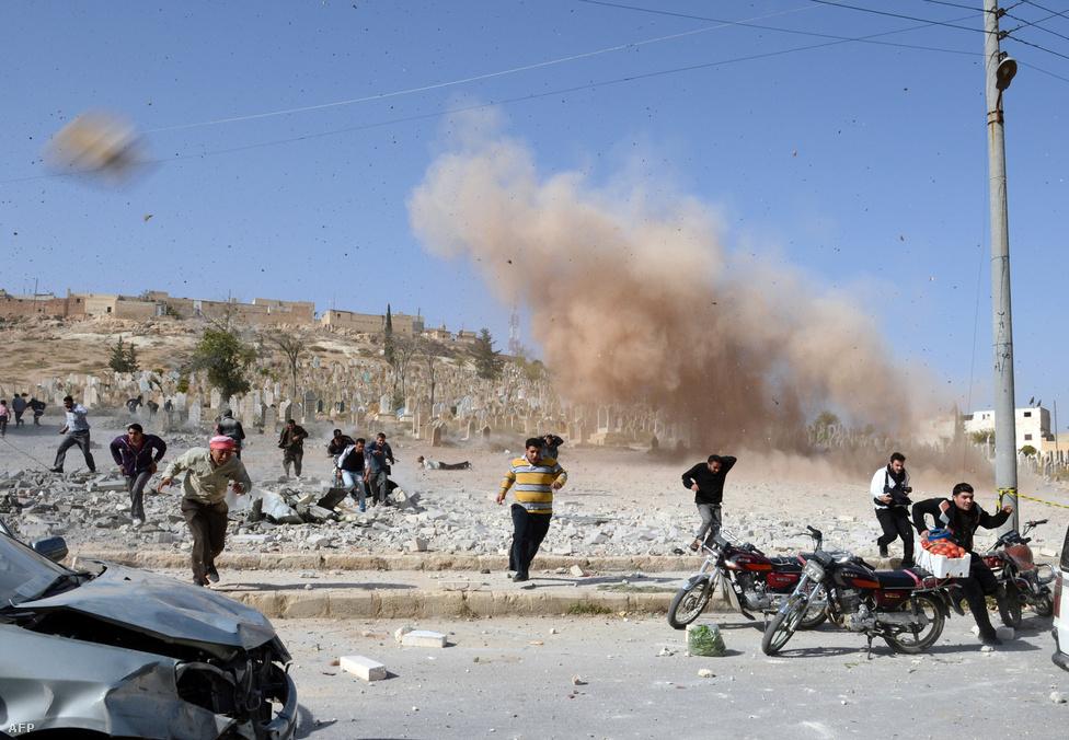 Mentőcsapat tagjai menekülnek egy bombatámadás helyszínéről Al-Bab városban, miután az első robbanás után újabb pokolgép lépett működésbe a közelben. A felkelők egy olajmezőt foglaltak el és lelőttek egy vadászgépet a környéken.