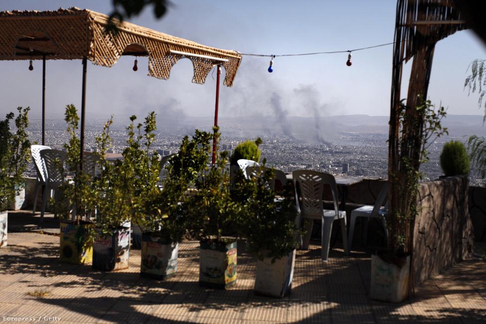 Felkelők állítása szerint ők lőtték aknavettőkkel Damaszkusz külvárosát, a szíriai rendőrség szerint kerekeket gyújtogattak ismeretlenek az utcán, annak a füstje száll fel Jaramana kerületből.