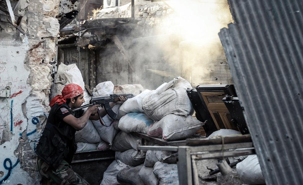 Utcai harc Aleppóban, ahol a felkelők minden háztömbért megküzdenek a kormányerőkkel. Az Arab Liga szerint Szíriát nem a szétaprózódás veszélyezteti, sokkal inkább az, hogy Szomáliához hasonló helyzet alakul ki az országban, öntörvényű fegyveres miliciák által uralt területekkel.