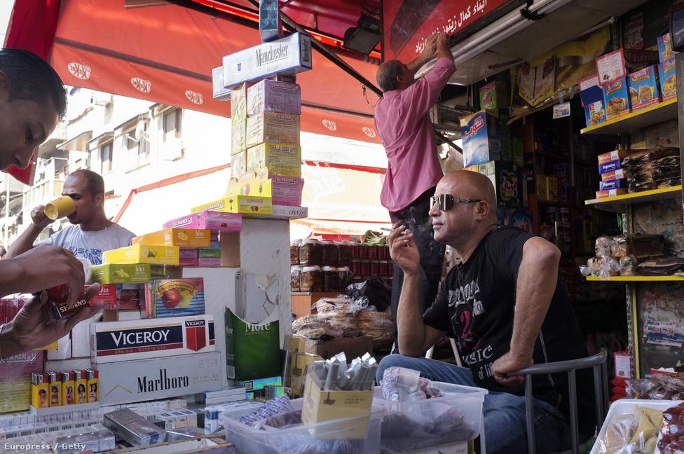 Utcai árus Damaszkuszban. A felkelés kitörése óta csak a leggazdagabbak és a középosztályba tartozó hivatalnokok maradtak hűségesek Aszad elnökhöz, a szegényebbek már kevésbé.