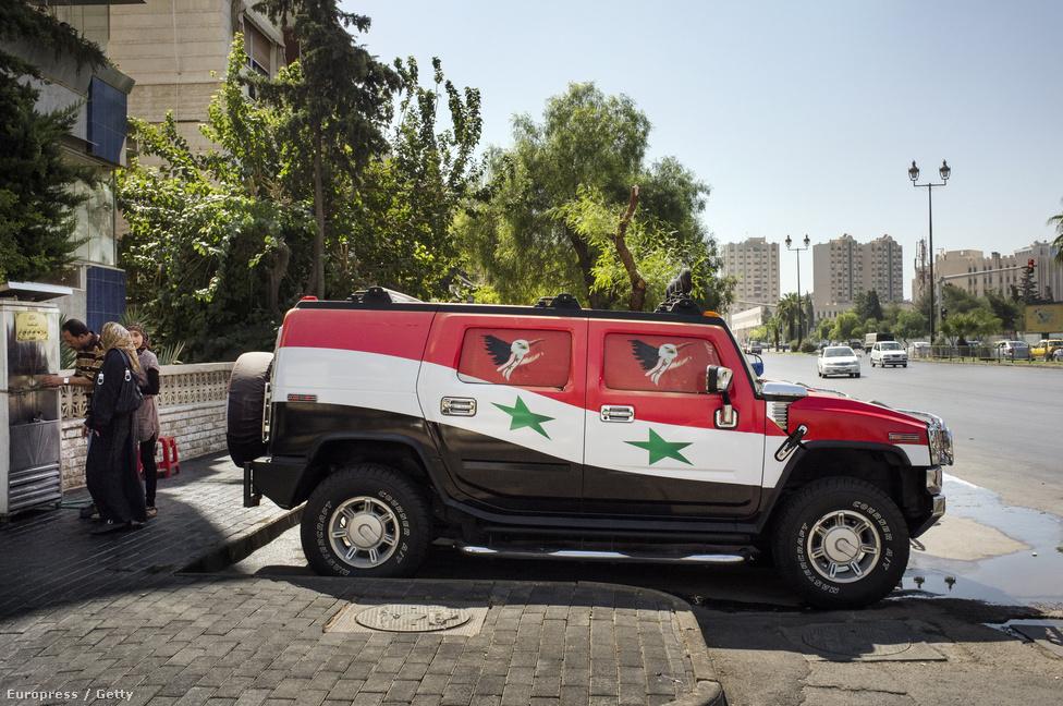 Nemzeti színűre festett Hummer egy damaszkuszi utcán. A tulajdonosa a felkelés kezdetén festette autójára a zászlókat, és hazafias zenét bömböltetve járja az utcákat csinos lányokkal az ablakban. Mióta a harcok a főváros közelébe értek, az autó a garázs előtt parkol, és fegyveresek vigyáznak rá.