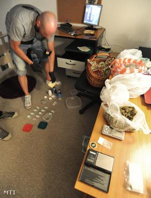 Helyszínelő dolgozik egy V. kerületi lakásban ahol kábítószerrel való visszaélés megalapozott gyanúja miatt őrizetbe vettek két férfit.